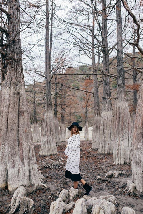 Mujer embarazada en parque fotos de archivo