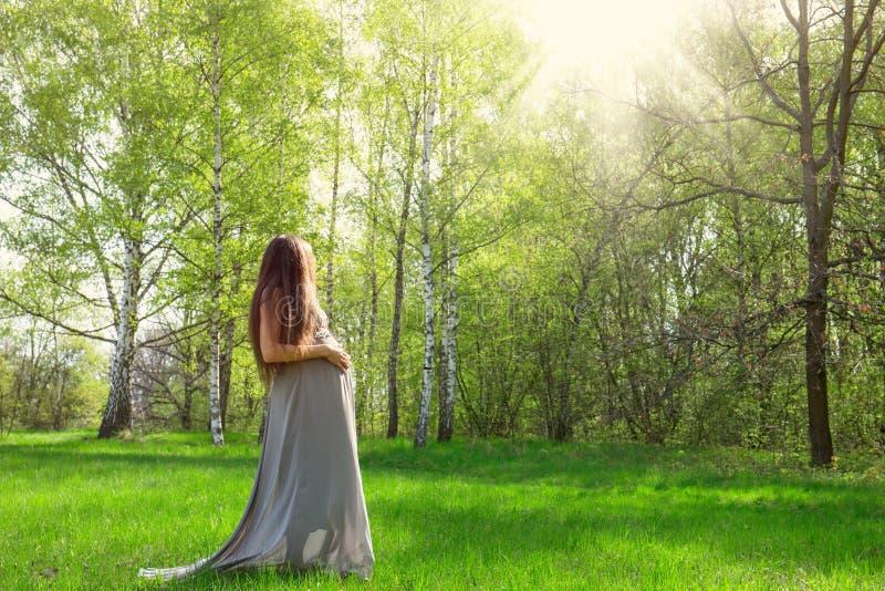 Mujer embarazada en un prado foto de archivo libre de regalías