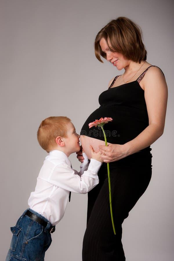 Mujer embarazada encantadora con el hijo imagen de archivo libre de regalías