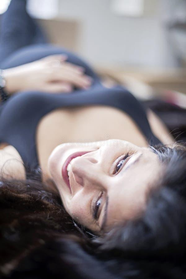 Mujer embarazada feliz que se relaja fotografía de archivo libre de regalías