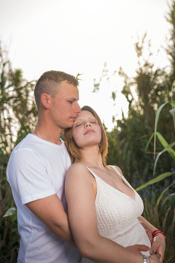 Mujer embarazada feliz y su marido foto de archivo libre de regalías