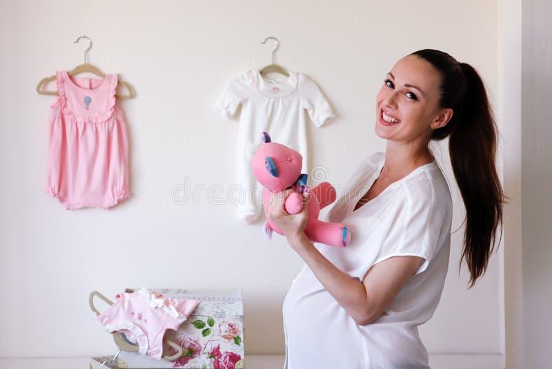 Mujer embarazada hermosa imagenes de archivo