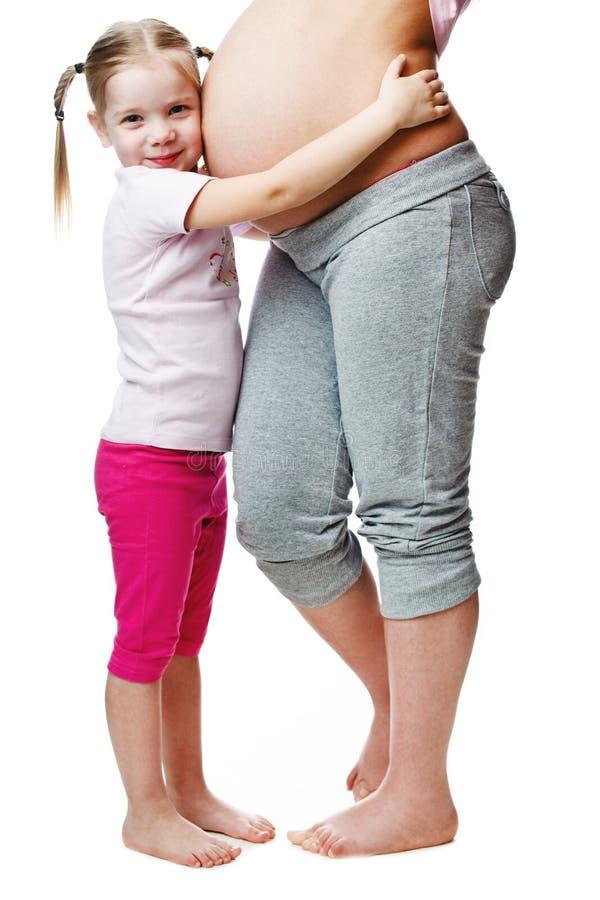 Mujer embarazada hermosa con su hija foto de archivo libre de regalías