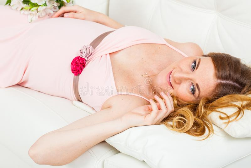 Mujer embarazada hermosa en el vestido color de rosa fotos de archivo libres de regalías