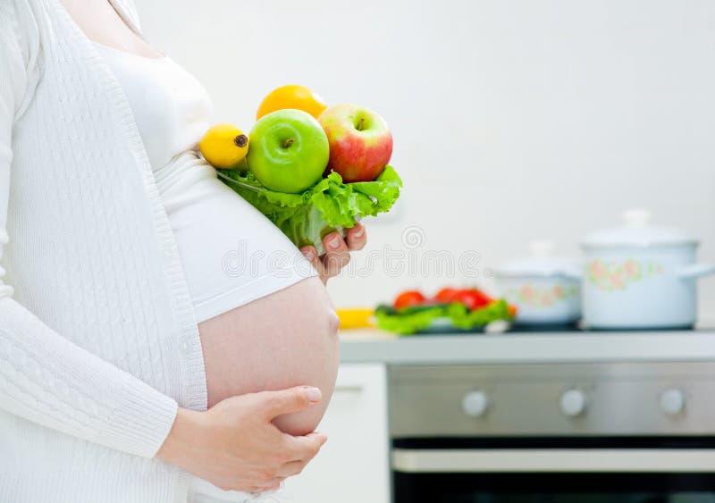 Embarazo y comida imagenes de archivo