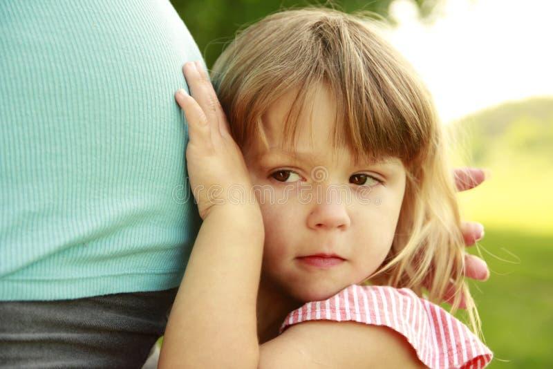 Mujer embarazada joven hermosa y su pequeña hija en la naturaleza imágenes de archivo libres de regalías