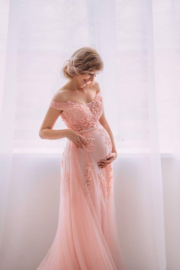 Mujer Embarazada Joven Preciosa En Un Vestido Hermoso Foto de ...
