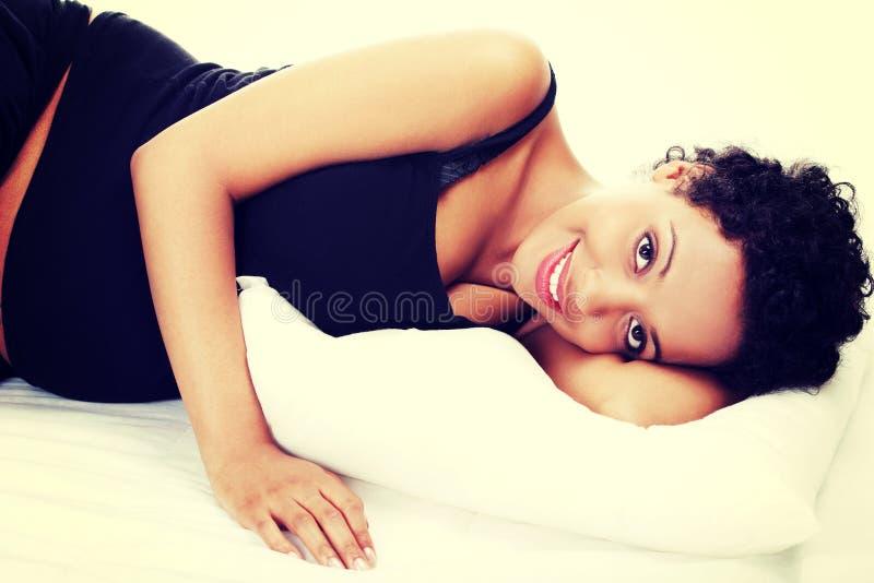 Mujer embarazada que duerme en cama fotos de archivo libres de regalías