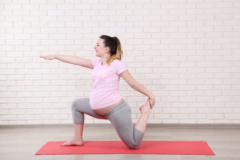 Mujer embarazada que hace ejercicios fotos de archivo
