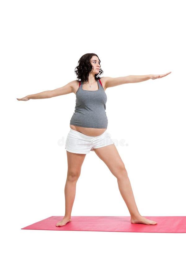 Mujer embarazada que hace ejercicios de los aeróbicos fotografía de archivo