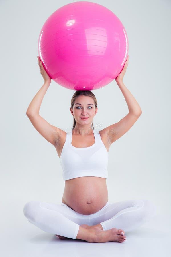 Mujer embarazada que sostiene la bola de la aptitud fotos de archivo