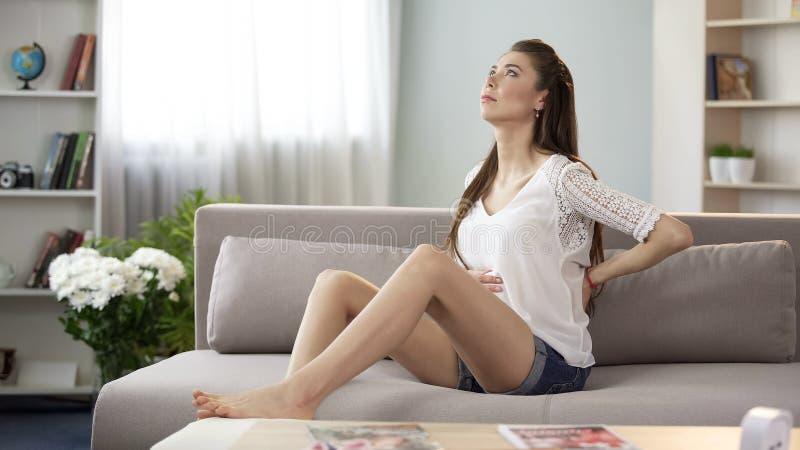 Mujer embarazada que tiene dolor de espalda, problemas de salud sufridores durante embarazo fotos de archivo libres de regalías