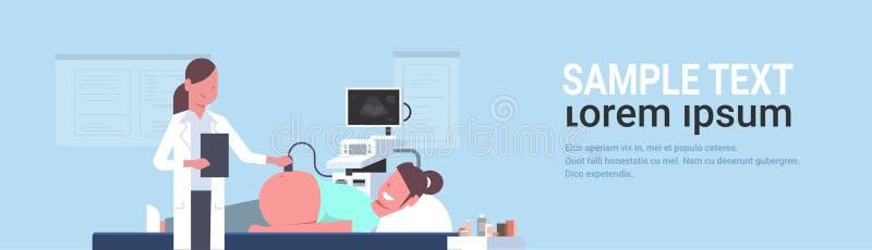 Mujer embarazada que visita al doctor de sexo femenino que hace la investigación del feto del ultrasonido en la consulta digital  libre illustration