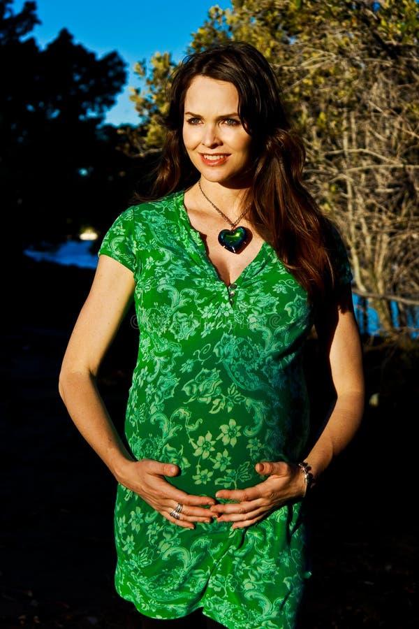 Mujer embarazada sonriente imagenes de archivo