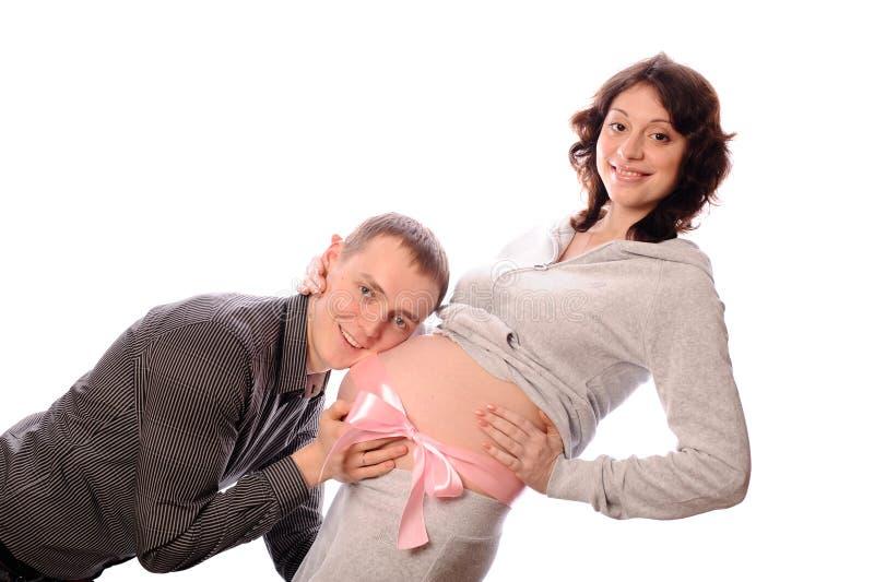 Mujer embarazada y hombre sonrientes fotografía de archivo libre de regalías