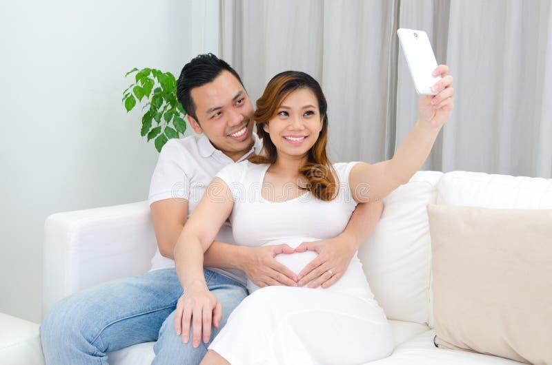 Mujer embarazada y marido del asiático fotos de archivo