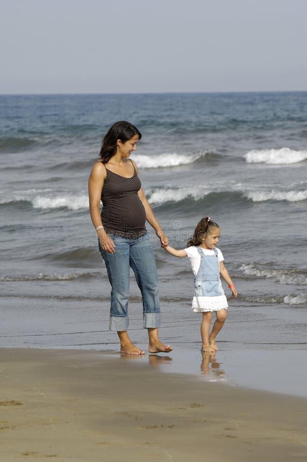 Mujer embarazada y niño foto de archivo libre de regalías