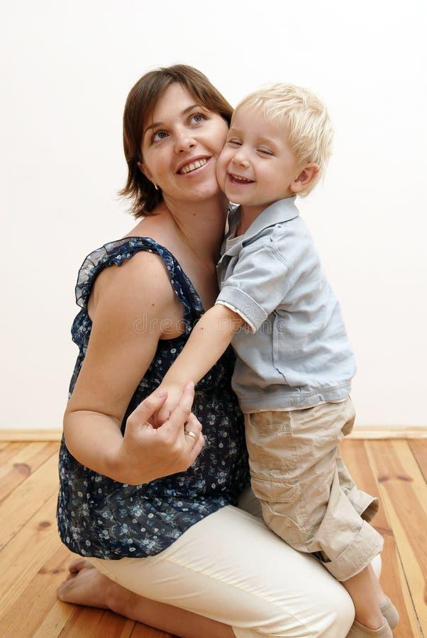 Mujer embarazada y niño pequeño imágenes de archivo libres de regalías