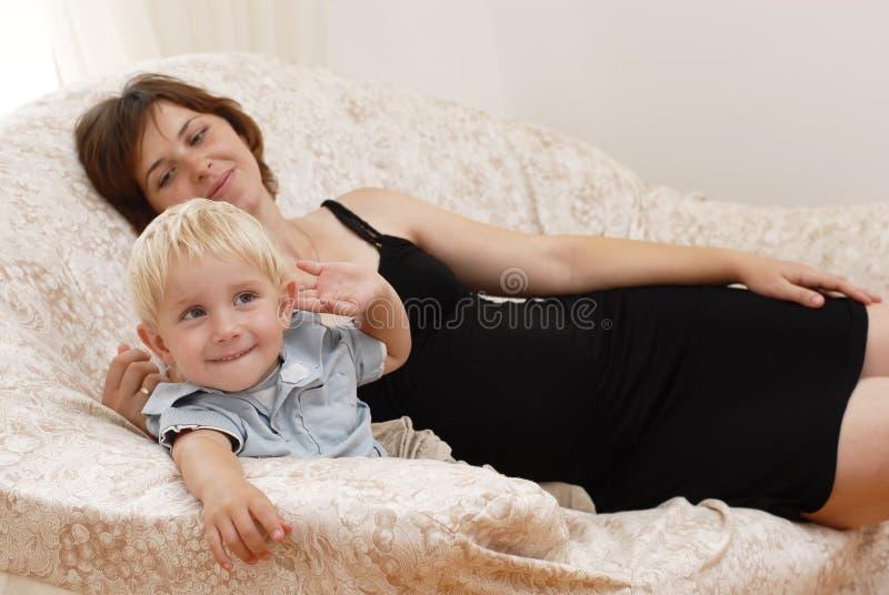 Mujer embarazada y niño pequeño imagenes de archivo