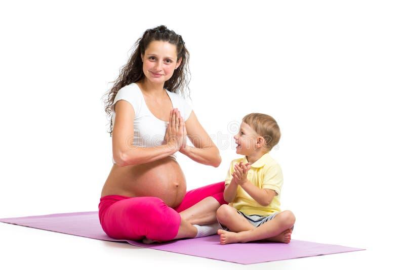 Mujer embarazada y su hijo que se relajan imagen de archivo libre de regalías