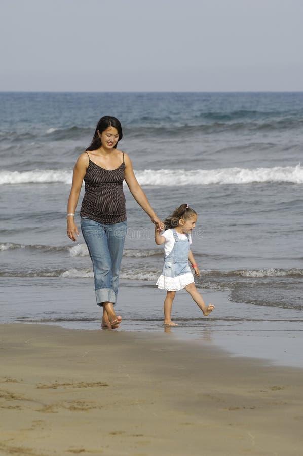 Mujer embarazada y su niño fotografía de archivo