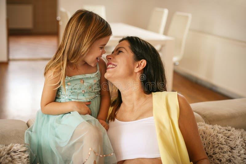 Mujer embarazada y su pequeña hija fotos de archivo libres de regalías