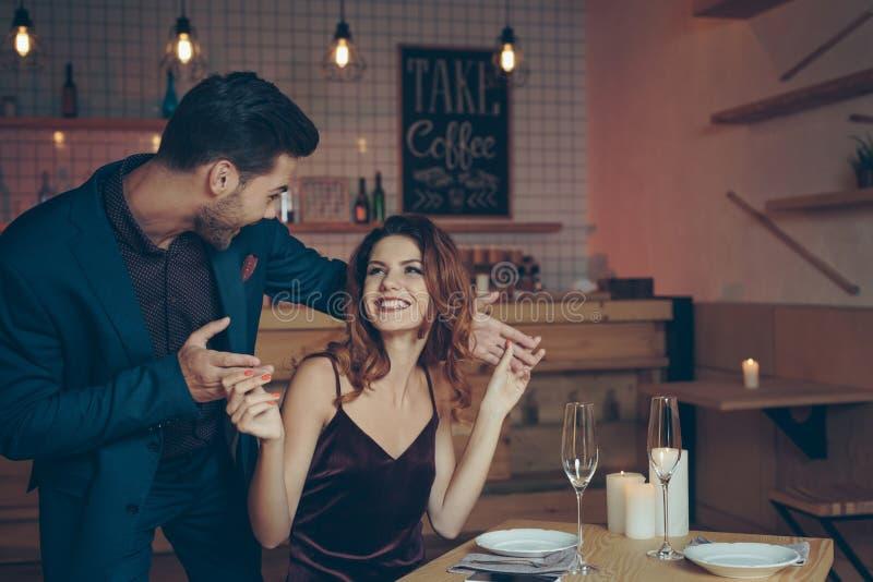 mujer emocionada asombrosamente del hombre joven en la tabla foto de archivo