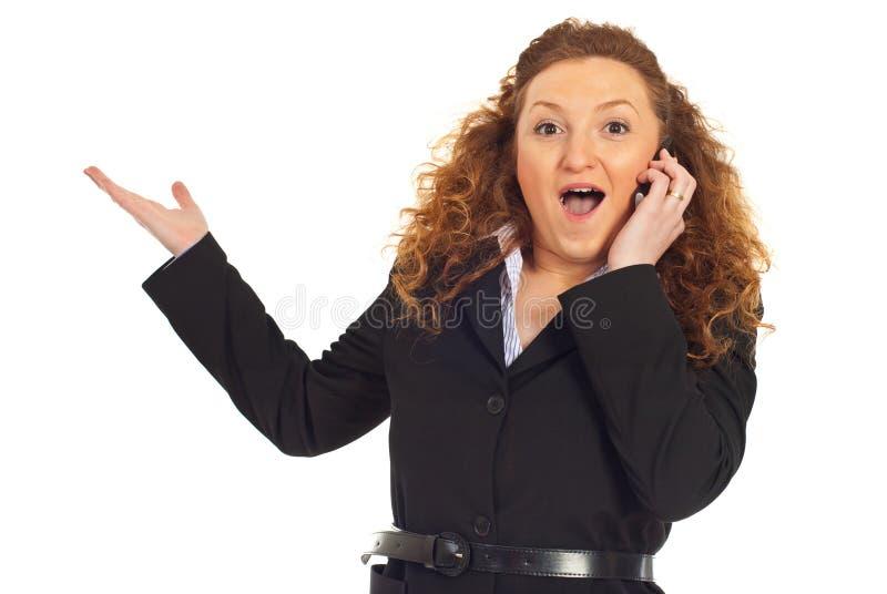 Mujer emocionada con grandes noticias en el teléfono celular foto de archivo