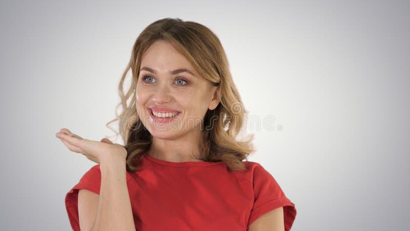 Mujer emocionada con una idea en fondo de la pendiente imagen de archivo