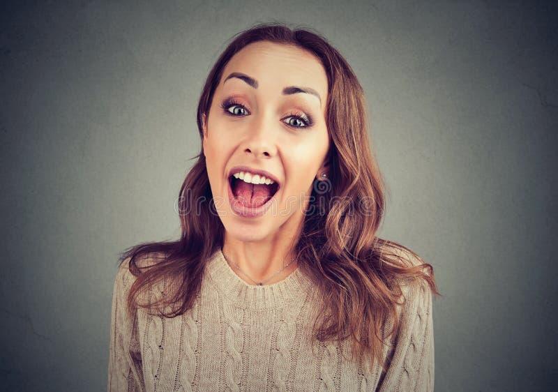 Mujer emocionada curiosa que escucha los chismes fotografía de archivo