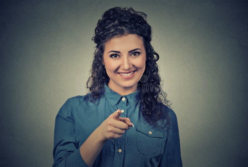 Mujer emocionada, feliz que sonríe, riendo, señalando el finger hacia usted fotos de archivo