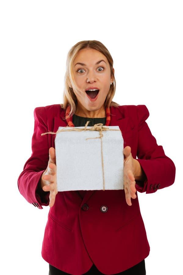 Mujer emocionada positiva que recibe un presente maravilloso fotos de archivo