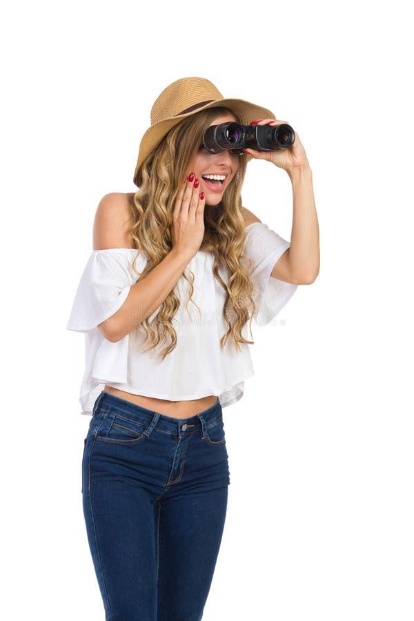 Mujer emocionada que mira a través de los prismáticos fotos de archivo libres de regalías