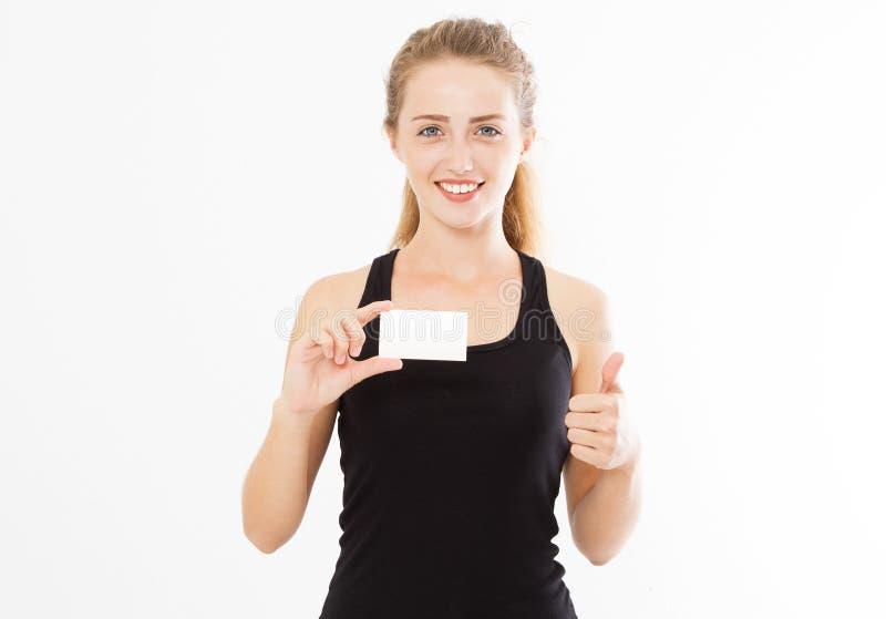 Mujer emocionada que muestra la muestra en blanco vacía de la tarjeta de papel con el espacio de la copia para el texto y la demo imagen de archivo