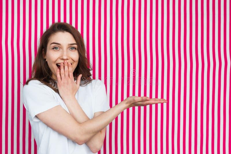 Mujer emocionada que presenta en fondo rayado imagen de archivo