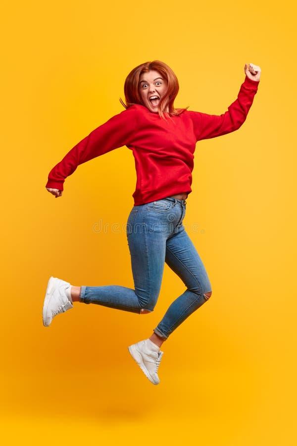 Mujer emocionada que salta y que grita foto de archivo libre de regalías