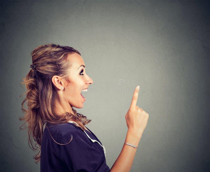 Mujer emocionada que tiene idea brillante imagen de archivo