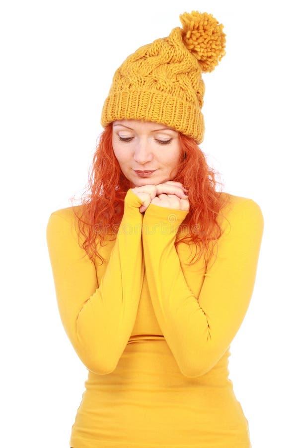Mujer emocional en sombrero y blusa amarillos fotografía de archivo libre de regalías