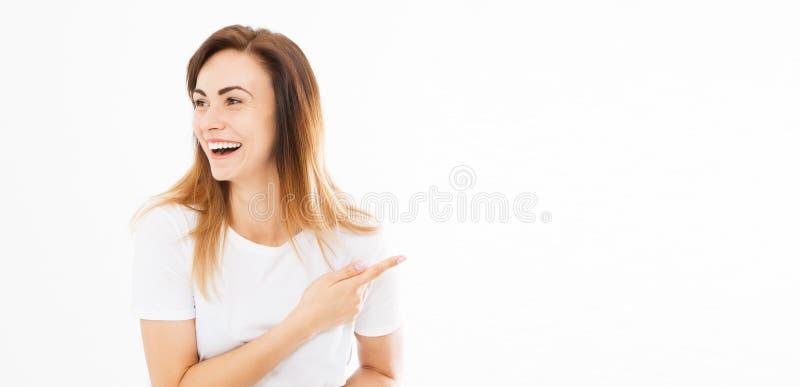 Mujer emocional feliz alegre bonita que gesticula con los fingeres y que muestra lejos La imagen de la situación de la señora jov fotografía de archivo libre de regalías