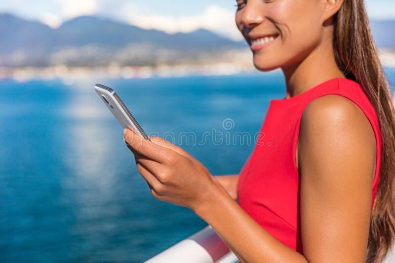 Mujer empresaria del teléfono móvil envía mensajes de texto a través del teléfono celular fotos de archivo