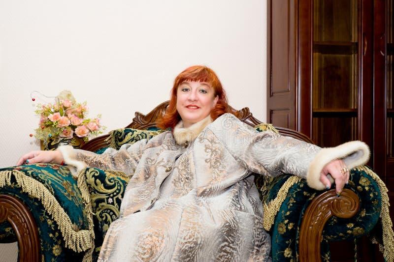 Mujer en abrigo de pieles fotos de archivo