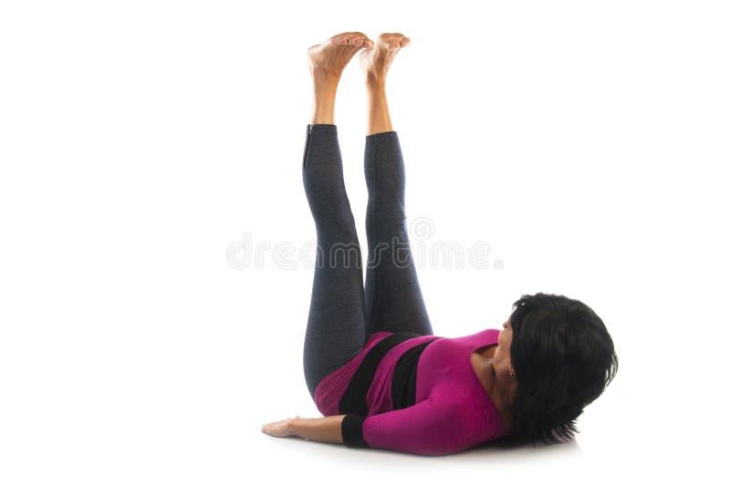Mujer en actitud de la yoga de Urdhva Prasarita Padasana foto de archivo