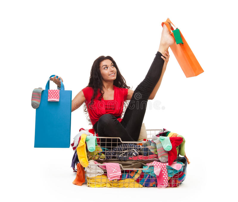 Mujer en actitud flexible con los bolsos de compras imagenes de archivo