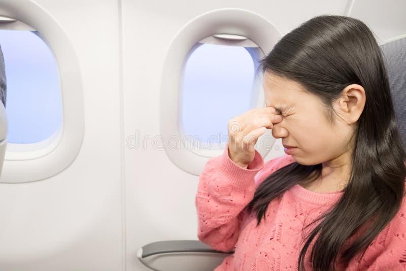 Mujer en aeroplano imagenes de archivo