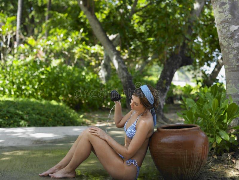 Mujer en agua de colada del bikini en uno mismo fotos de archivo libres de regalías