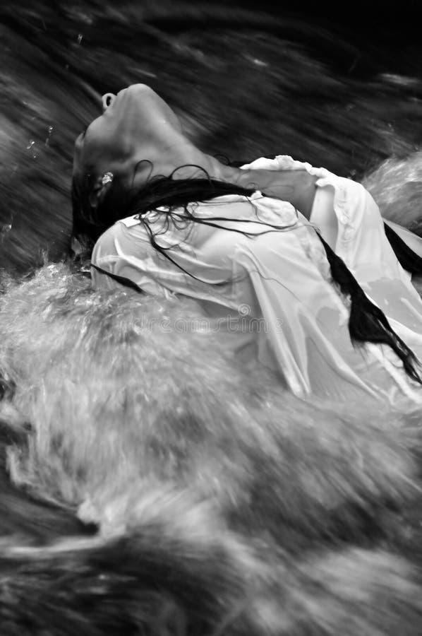 mujer en agua de precipitación imágenes de archivo libres de regalías