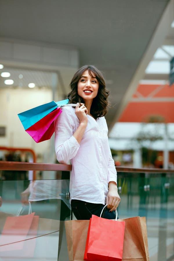 Mujer en alameda de compras fotos de archivo