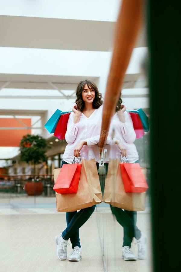 Mujer en alameda de compras imágenes de archivo libres de regalías