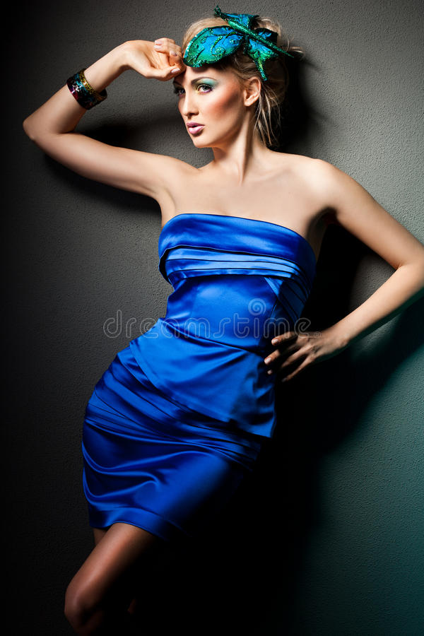 Mujer en alineada azul imagen de archivo
