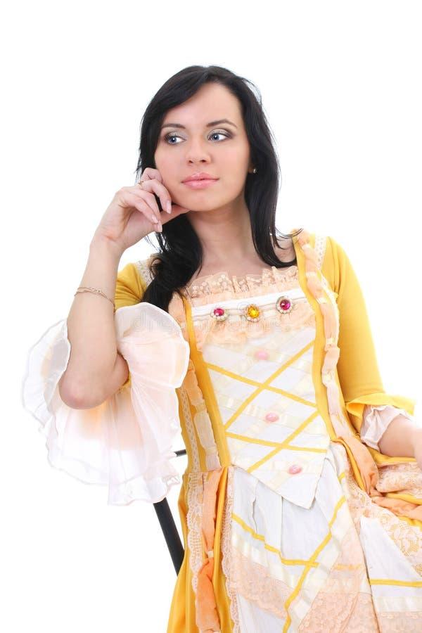 Mujer en alineada medieval amarilla sobre blanco foto de archivo libre de regalías